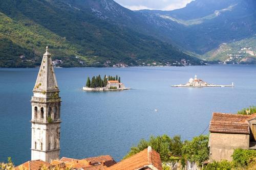 Die beiden kleinen Klosterinseln Sveti Đorđe und Gospa od Škrpjela vor Perast geben dem Postkartenmotiv noch den letzten Schliff, Montenegro